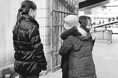 安徽女孩千里赴陕西献血救人 坐火车奔波30小时